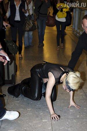 Леди Гага падение