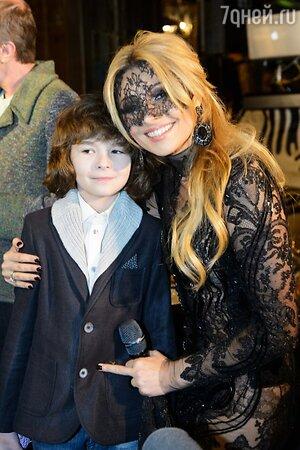 Анжелика Агурбаш с сыном в платье от Валентина Юдашкина на презентации нового клипа на песню «Черная вуаль»