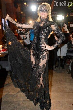 Анжелика Агурбаш в платье от Валентина Юдашкина на презентации нового клипа на песню «Черная вуаль»