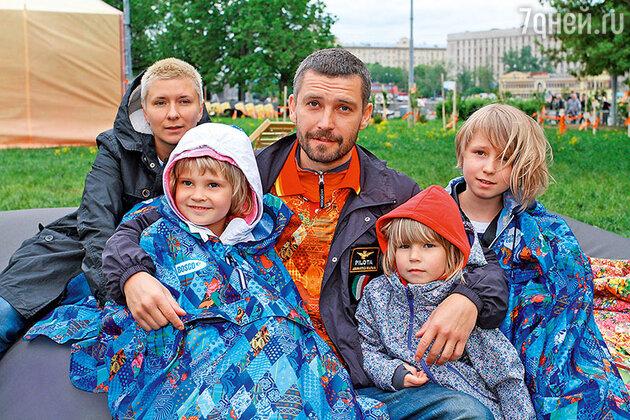 Владимир Кристовский с бывшей женой Валерией и дочками Станиславой, Мией и Ясмин