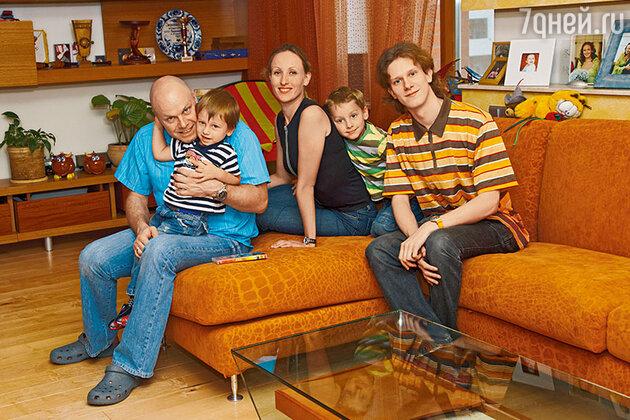 Алексей Кортнев с супругой Аминой и сыновьями Арсением, Афанасием и Артемием