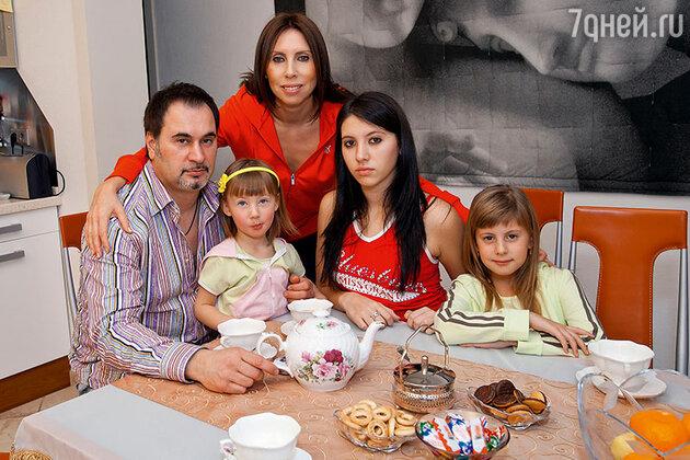 Валерий Меладзе с бывшей женой Ириной и дочерьми Ариной, Ингой и Соней