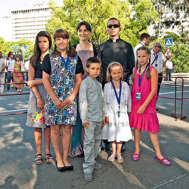 Иван Охлобыстин  и Оксана Арбузова с детьми Анфисой, Евдокией, Иоанной, Варварой и Василием