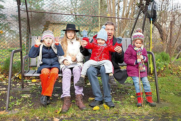 Михаил Ефремов с детьми Верой, Анной-Марией, Борей и Надей