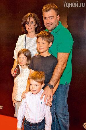 Михаил Пореченков с женой Ольгой и младшими детьми Мишей, Машей и Петей