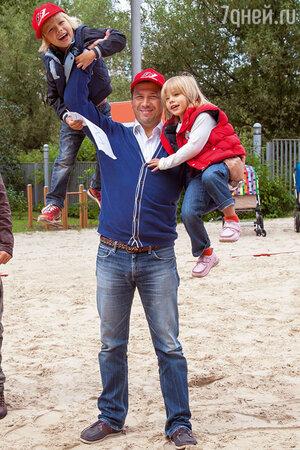Андрей Мерзликин с сыном Федором и дочерью Серафимой