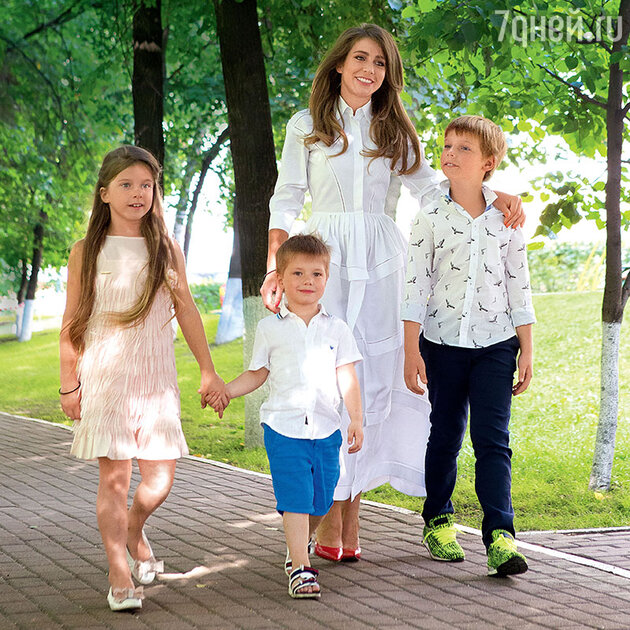 Юлия Барановская с сыновьями Артемом, Арсением и дочерью Яной