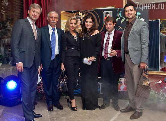 Слева направо: Валдис Пельш, отец Жасмин Лев Яковлевич,  Юлия Ковальчук, Жасмин, Илан Шор и Алексей Чумаков