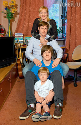 Певица с мужем и сыновьями — Александром Тагриным (от первого брака) и Никитой