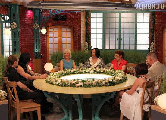 В центре — ведущие программы: Василиса Володина, Лариса Гузеева и Роза Сябитова