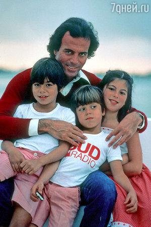 Хулио Иглесиас с Хулио-младшим, Энрике и Исабель
