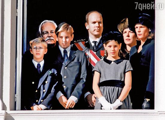 Семейство Гримальди. Принцы Пьер и Андреа, князь Ренье, его сын Альбер, принцессы Шарлотта, Стефания и Каролина, 1996 год