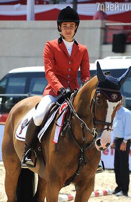 Шарлотта  не только дивная красавица, но и прекрасная наездница, большая любительница лошадей. В Монте-Карло на скачках, 2012 год