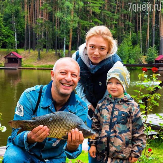 Оксана Акиньшина с мужем и сыном