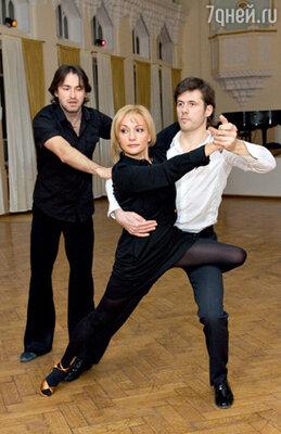 Татьяна Буланова танцует с лыжником Дмитрием Ляшенко. Парой руководит тренер Эльдар Сайфутдинов