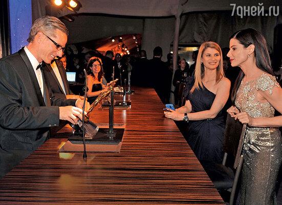 Раньше фамилии лауреатов гравировали на «Оскарах» после церемонии. Сейчас таблички делают заранее длявсех номинантов. Сандра Буллок ждет, когда мастер закончит гравировку на ее «Оскаре». 2010 г.
