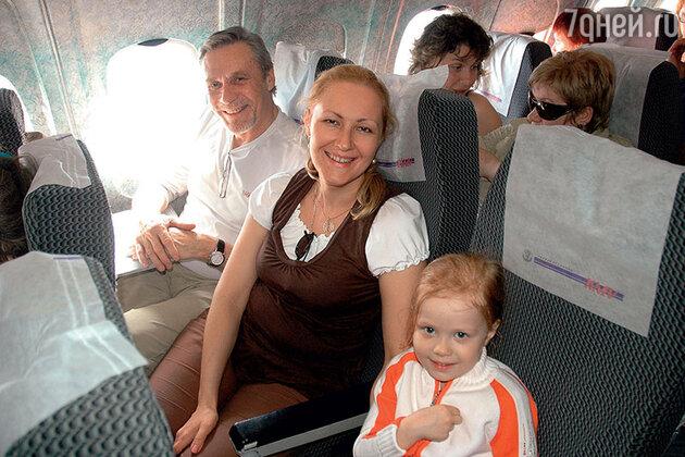 Александр Михайлов с женой Оксаной и дочерью Алиной