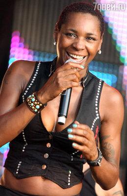 Британская звезда Sonique выступала в черном наряде