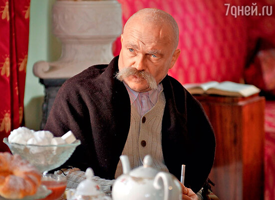 Актера Андрея Смолякова трудно узнать. Он играет Максима Горького