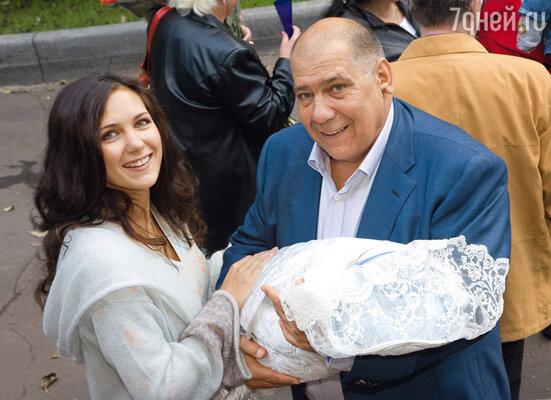 Катя с папой Александром Григорьевичем и новорожденным Корнеем на пороге роддома. 26 сентября 2008 года