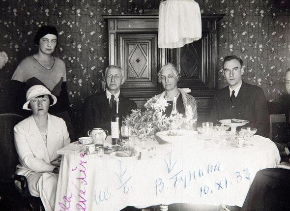 Галина Кузнецова (стоит), Иван и Вера Бунины. 1933 год