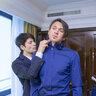 Собраться жениху помогает друг - серебряный призер олимпийских игр в Турине Стефан Ламбьель, в номере жениха в отеле The Ritz-Carlton, Moscow