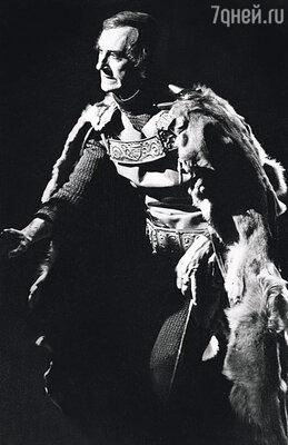 На сцене Богдан мог выкрутиться из любой ситуации. Как-то его Ричард вынул меч из ножен настолько эмоционально, что лезвие оторвалось от рукоятки и улетело в зрительный зал. «Ричард III». Львов, 1972 г.