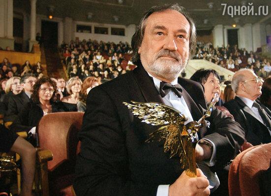 За фильм «Свои» Богдан Ступка получил «Нику» в номинации «Лучшая мужская роль»