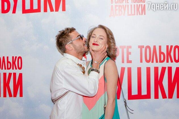 Илья Глииников и Аглая Тарасова на премьере фильма  «В спорте только девушки»