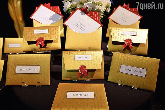 Именно эти запечатанные конверты были в руках тех,  кому досталась честь  объявлять победителей