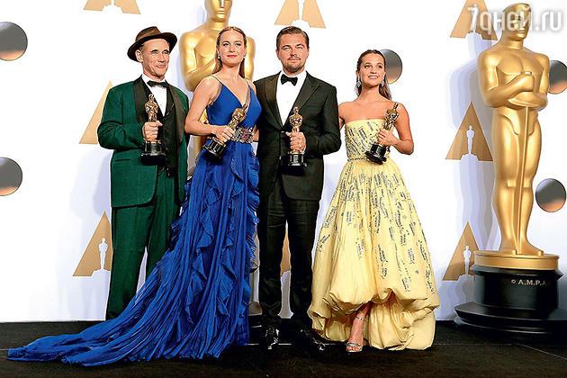 Леонардо Ди Каприо признался, что мечтал об «Оскаре» с четырех лет. С победителями: Марком Райлэнсом («Лучший актер второго плана»), Бри Ларсон («Лучшая актриса») и Алисией Викандер («Лучшая актриса второго плана»)