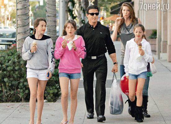 «С» любимая буква Сталлоне. Имена всех его детей начинаются с этой буквы. На отдыхе с женой Дженнифер Флэвин и дочерьми — Софией Роуз, Систин Роуз и Скарлет Роуз