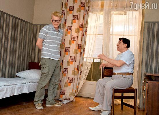 В одном из павильонов «Мосфильма» были воссозданы интерьеры советской гостиницы. Шурик (Дмитрий Шаракоис) и товарищ Саахов (Геннадий Хазанов)