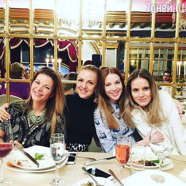 Наталья Подольская с подругами