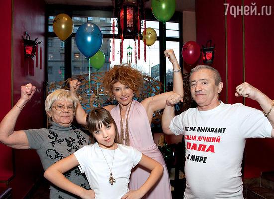 Виновница торжества с мамой Еленой Воробей, бабушкой Ниной Львовной и дедушкой Яковом Михайловичем