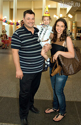 Сергей Жуков с женой Региной и дочерью Никой