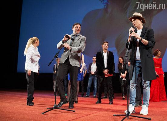 Актеры поприветствовали публику, они пожелали приятного просмотра гостям и поздравили с наступающим 8 марта  не только женщин, но и мужчин