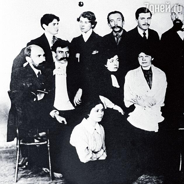 Сергей Есенин (второй слева в верхнем ряду) и Анна Изряднова (внизу) среди работников типографии «Товарищество И.Д. Сытина»