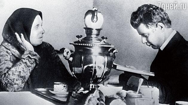 Сергей Есенин и его мать Татьяна Есенина