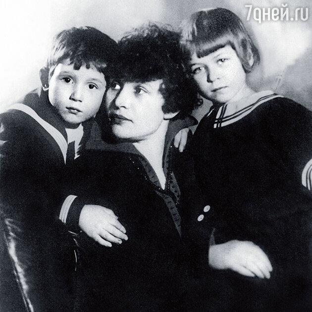 Зинаида Райх с детьми Константином и Татьяной Есениными