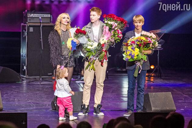 Кристина Орбакайте с сыновьями Никитой и Дени и дочкой Клавой. Сольная программа  Кристины Орбакайте «Поцелуй на бис»