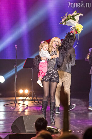 На шоу Кристины Орбакайте состоялся сценический дебют ее дочки Клавочки. Девочку совсем не смутили громкие аплодисменты и свет софитов