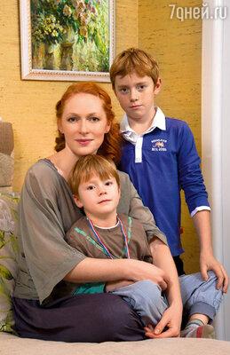 Наталья Рогожкина с сыновьями Сашей и Петей