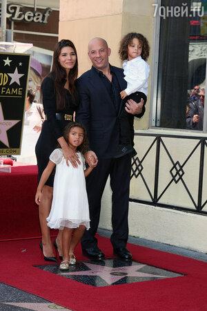 Вин Дизель с женой и детьми