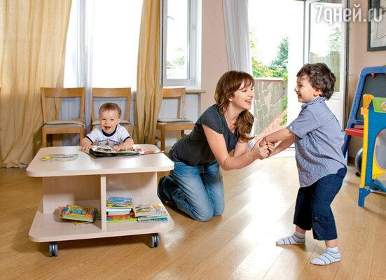 «Книги для молодых мам, которые в огромном количестве накупила до первых родов, давно уже выбросила. Стоило Мише родиться, как я поняла: чужие советы не работают»