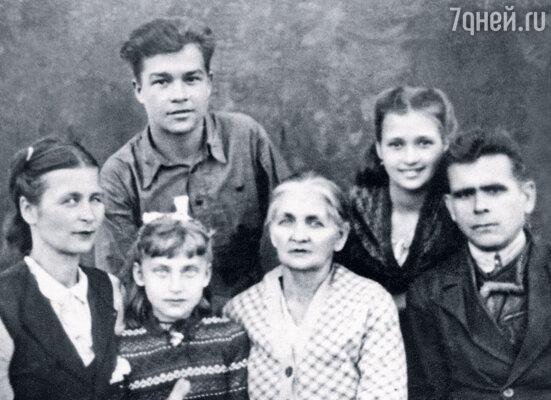 Все детство и юность меня звали Идой, я даже школьные тетрадки подписывала «Ида Иванова», по девичьей фамилии матери. Зина (вторая слева) с семьей