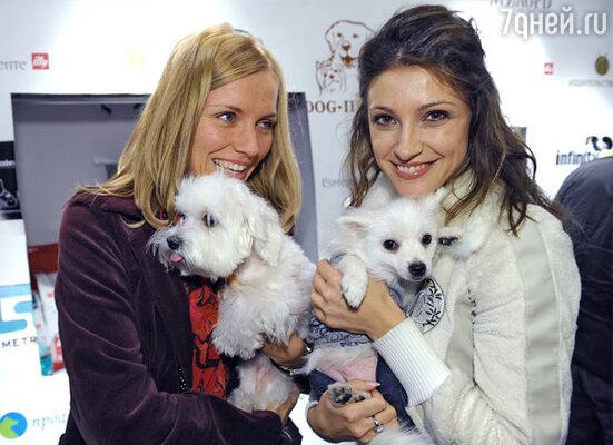 Анастасия Макеева (справа) и ее питомец - шпиц Сахарный Пончик