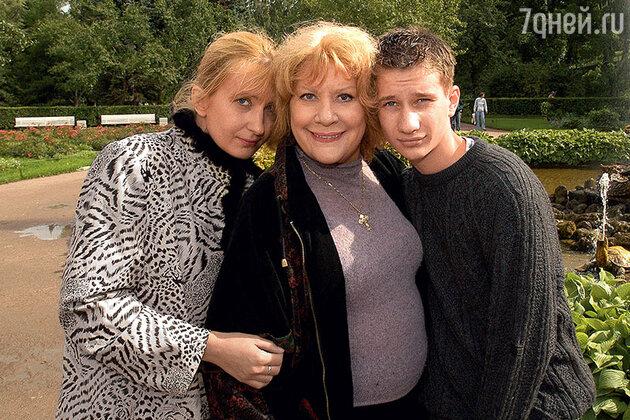 Елена Образцова, ее дочь Елена Макарова и внук Саша, 2003 год