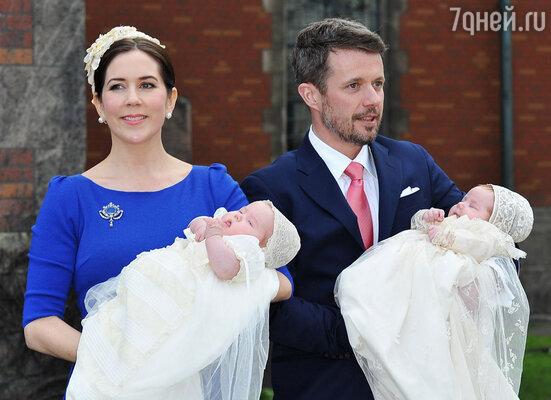 Кронпринц Датский Фредерик и принцесса Мэри с близнецами Винсентом и Йозефиной