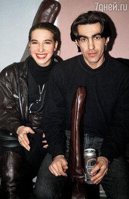 Анжелике не исполнилось и двадцати, когда она встретила Бутусова. Он подошел к ней знакомиться будучи пьяным и с фингалом под глазом